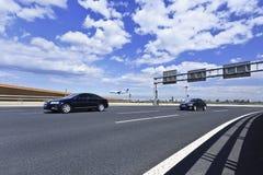Bilar på Pekingflygplatsmotorvägen. Royaltyfria Foton