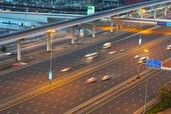 Bilar på Sheikh Zayed Road i Dubai Arkivbilder