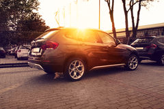 Bilar på solnedgångbakgrund Arkivfoto