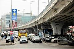 Bilar på trafik, i Bucharest, Rumänien Fotografering för Bildbyråer