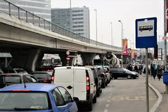 Bilar på trafik, i Bucharest, Rumänien Royaltyfria Bilder