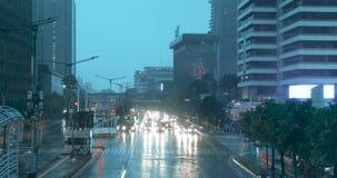 Bilar på trafikljus på den regniga dagen lager videofilmer