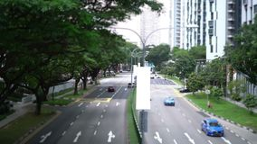 Bilar på vägen i staden stock video