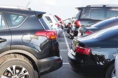 bilar på yttersidan i parkeringsplatsen Arkivbilder