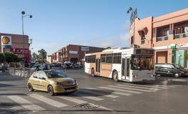 Bilar på en i stadens centrum gata av Marrakech Arkivbild