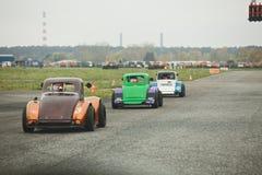 Bilar på startande raster Royaltyfri Fotografi