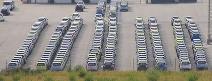 bilar parkerade rader Arkivbild
