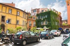 Bilar parkerade utanför restaurangen i Rome, Italien Arkivbild