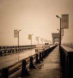 Bilar passerar bron över den Dnieper floden royaltyfri foto