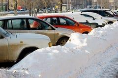 bilar snowed Royaltyfria Bilder