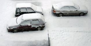 bilar snowed arkivfoton
