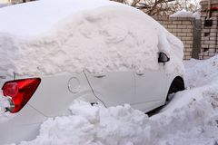 Bilar som är djupa i snö efter en snöstorm royaltyfri fotografi