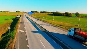 Bilar som är rörande på flyg- sikt för väg Surrsikt av huvudvägtrafik lager videofilmer