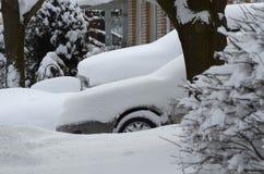 Bilar som begravas i tungt insnöat ett bostadsområde i en kanadensisk stad Arkivfoton