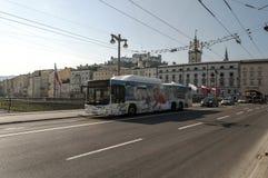 Bilar som cirkulerar i gatorna av Salzburg Royaltyfri Foto