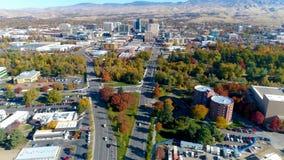 Bilar som flyttar snabb rörelse på huvudboulevarden i Boise Idaho med nedgångträd arkivfilmer