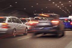 Bilar som går i tunnelen Arkivbild