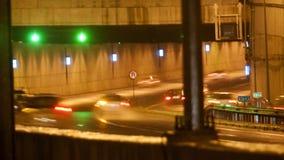 Bilar som kör på natten på natten stock video