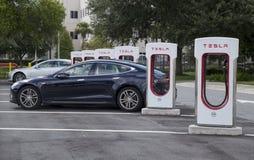 Bilar som laddar upp på Tesla stationer på den Florida turnpiken Royaltyfri Bild