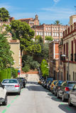 Bilar som parkerar på den Barcelona gatan Arkivfoton