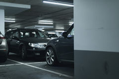 Bilar som parkeras i parkeringsgarage royaltyfri bild