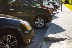 Bilar som parkeras i staden fotografering för bildbyråer