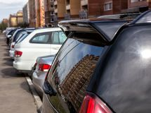 Bilar som parkeras nära byggnaden royaltyfria foton