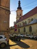 Bilar som parkeras nära den Franciscan templet i Cluj Napoca, Rumänien arkivbilder