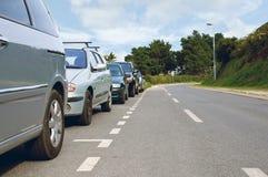 Bilar som parkeras på sidan av den tomma vägen royaltyfria foton