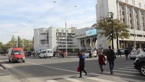 Bilar som passerar en fot- crossway i Bishkek lager videofilmer