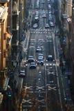 Bilar som passerar i en vanlig gata i en stad royaltyfria foton