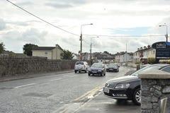 bilar som passerar nära en hastighet, kontrollerar tecknet, den Tuam vägen, Galway, Irland arkivfoton
