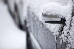 Bilar som räknas med snow arkivfoto