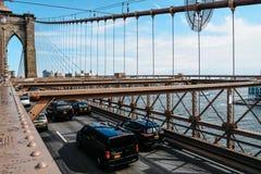 Bilar som rusar på den Brooklyn bron i New York Arkivfoton