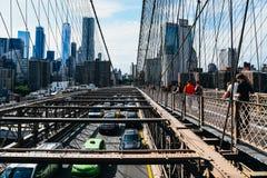 Bilar som rusar på den Brooklyn bron i New York Arkivbild