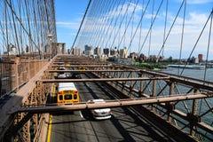 Bilar som rusar på den Brooklyn bron i New York Royaltyfria Bilder
