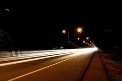 Bilar som rusar på vägen Arkivfoton