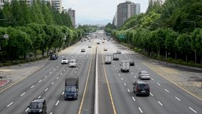 Bilar som slätt flyttar sig utan trafik i Seoul, Korea lager videofilmer