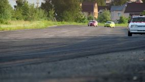 Bilar som springer på extremt snabbt under sommarturnering arkivfilmer