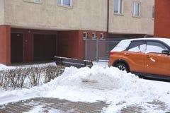 Bilar, som står i den öppna luften i vintern, är vanligt utsatta till frostiga vädervillkor och i tillägg, under snöfall ar royaltyfri bild