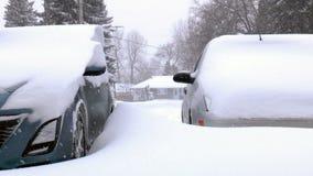 Bilar som täckas av snö. arkivfilmer