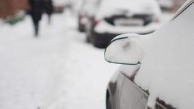 Bilar som täckas fullständigt med snö på parkering lager videofilmer