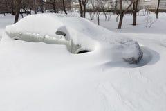 Bilar som täckas i snö royaltyfria foton
