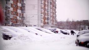Bilar som täckas med insnöat ett bostadsområde av Moskva stock video