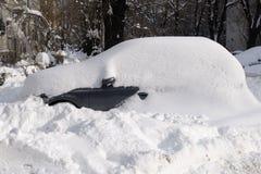 Bilar som täckas med snö efter snöstorm Arkivfoto