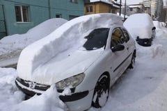 Bilar som täckas med snö efter snöstorm Royaltyfri Bild
