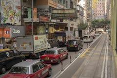 Bilar som väntar på trafikljusen royaltyfria bilder