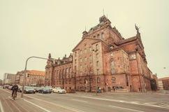 Bilar stoppar på tvärgata med den historiska Staatstheater operateatern som byggs i 1905 i Bayern Arkivbild
