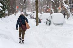 Bilar täckas med snö Arkivfoton
