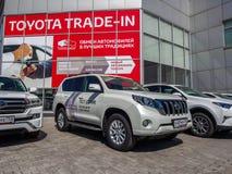 Bilar testdrive på bilmitten Toyota Arkivfoto